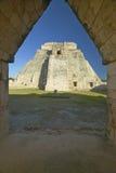 魔术师通过拱道门,在尤卡坦半岛的玛雅废墟,日落的墨西哥的金字塔 免版税库存照片