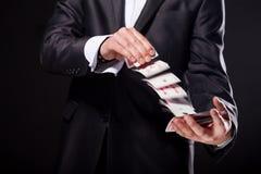 年轻魔术师陈列欺骗使用从甲板的卡片 关闭 免版税库存照片