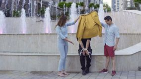 魔术师陈列路人的把戏用被绑住的手和绳索街道的 股票视频