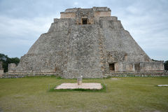 魔术师,乌斯马尔,尤卡坦半岛,墨西哥的金字塔 免版税库存图片