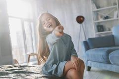 魔术技巧 使用与不可思议的鞭子和神色的逗人喜爱的小女孩 库存照片