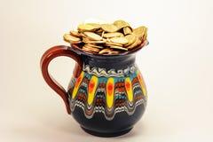 魔术有金币的水罐 库存图片