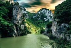 魔术横向 河和岩石在日落 免版税库存图片