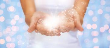 魔术闪光或神仙的尘土在女性手上 库存照片