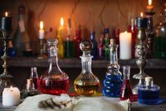 魔药、古老书和蜡烛 免版税库存图片