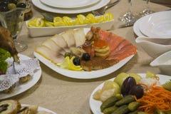 鱼、意大利辣味香肠、菜和乳酪 库存图片