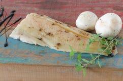 鱼、蘑菇和调味料 图库摄影
