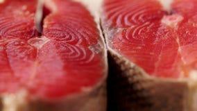 鱼三利益在他们自己附近起动一块板材 厨师三文鱼去骨切片储蓄英尺长度食物 宏观射击 关闭 影视素材
