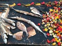 鱼不同的品种在格栅的与菜 库存图片