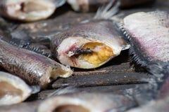 鱼和在藤条在市场上安排 免版税库存照片