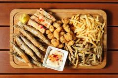 鱼和海果子快餐为啤酒上 免版税库存图片