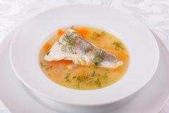 鱼和海鲜汤 与白色鱼和菜的可口汤晚餐的 免版税库存图片