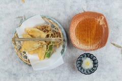 鱼和菜天麸罗顶视图在篮子的服务与ponzu与剁碎在washi日文报纸的萝卜 库存图片