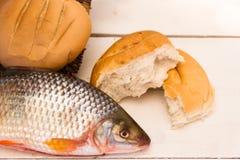 鱼和面包在白色背景 免版税图库摄影