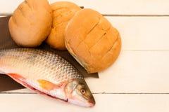 鱼和面包在白色背景 库存照片