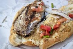 鱼和面包食物特写镜头射击在街道上的 库存照片