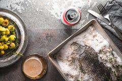 鱼在盐烘烤了用抱子甘蓝和啤酒在石背景顶视图 免版税库存照片