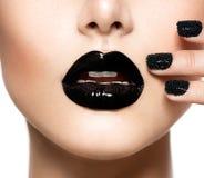 黑鱼子酱修指甲和黑嘴唇 免版税库存图片