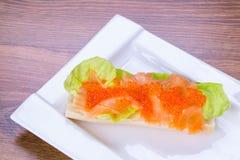 鱼子酱和熏制鲑鱼三明治 免版税库存照片