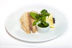 鱼宴-有菜、米和绿色调味汁的油煎的鱼片 免版税库存照片