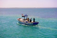 鱼小船返回从劳碌的,地中海渔船 库存图片