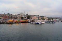 鱼小船餐馆在Eminonu,伊斯坦布尔-土耳其 免版税库存照片