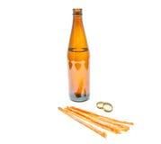 鱼开胃菜和瓶低度黄啤酒 免版税库存图片
