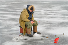 鱼捕鱼冰谎言俄国transbaikalia捕捉冬天 免版税库存图片