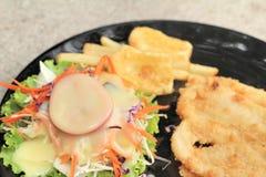 鱼排和菜沙拉用炸薯条 免版税库存照片
