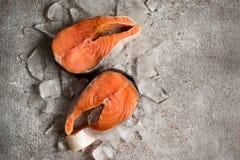 鱼新鲜的三文鱼 在冰的未加工的鲑鱼排 背景许多饺子的食物非常肉  免版税库存图片