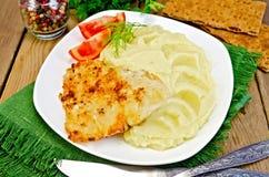 鱼油煎用在餐巾的土豆泥 免版税库存照片
