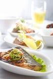 鱼油煎的膳食 库存图片
