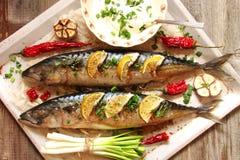 鱼烘烤了与石灰、胡椒和香料 免版税库存照片