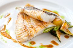 鱼烤了比目鱼蔬菜 免版税图库摄影