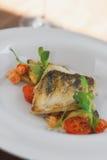 鱼的接近的图象在盘的用虾在餐馆 图库摄影
