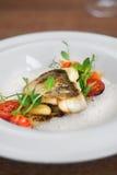 鱼的接近的图象在盘的用虾在餐馆 免版税库存照片