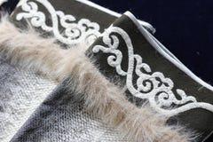 鱼的部分剥皮用毛皮和传统亚洲装饰品装饰的衣裳 种族nanai工艺 关闭鱼皮肤组织 库存图片