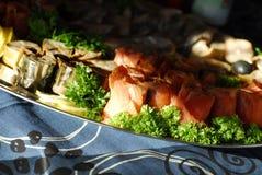 鱼盛肉盘快餐 库存照片