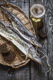 鱼矛:烘干,烘干与一杯啤酒 免版税库存图片