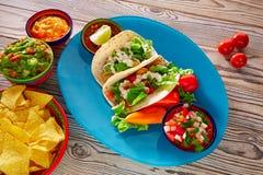 鱼肉玉米卷墨西哥食物鳄梨调味酱捣碎的鳄梨酱烤干酪辣味玉米片和辣椒 图库摄影