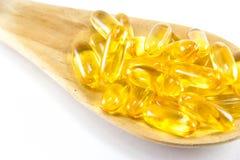 鱼肝油Ω在白色背景隔绝的3个胶凝体胶囊 库存图片