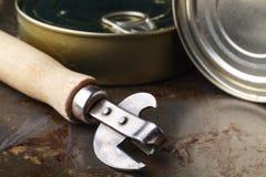 鱼能与在木桌上的开罐头用具 免版税库存照片