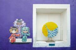 鱼艺术品三个中国玩偶绘和浅滩在街道艺术的在乔治城,槟榔岛 库存图片