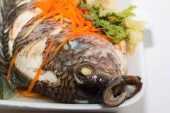 鱼装饰与菜 免版税库存照片