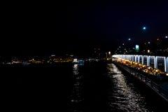 鱼餐馆在加拉塔桥梁下 库存照片