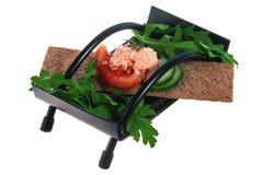 从鱼鱼子酱的可口在多士的三明治用蕃茄和绿色 免版税图库摄影