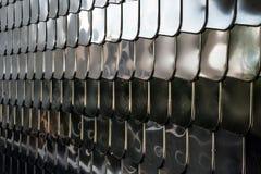 鱼鳞纹理银金属形状墙壁盖子镀铬物反射背景 库存图片