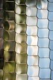 鱼鳞纹理银金属形状墙壁盖子镀铬物反射背景 免版税库存照片