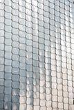 鱼鳞纹理银金属形状墙壁盖子镀铬物反射背景 免版税库存图片