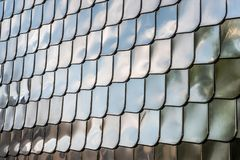 鱼鳞纹理银金属形状墙壁盖子镀铬物反射背景 库存照片